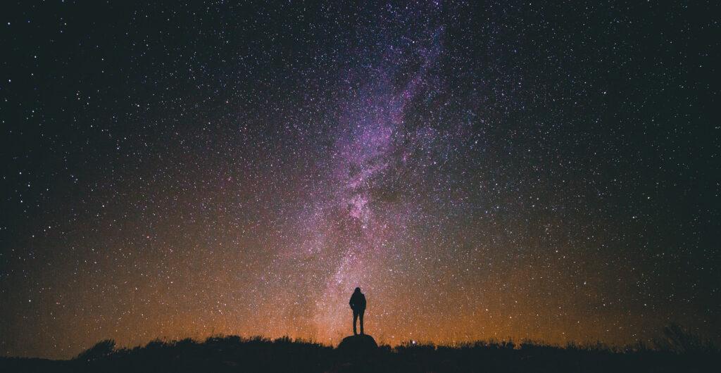 Une silhouette d'une personne au loin dans la nuit