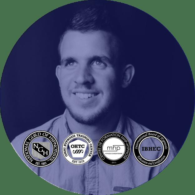 Photo bleutée de Mickaël Coupat avec les logos de ses certifications en hypnose