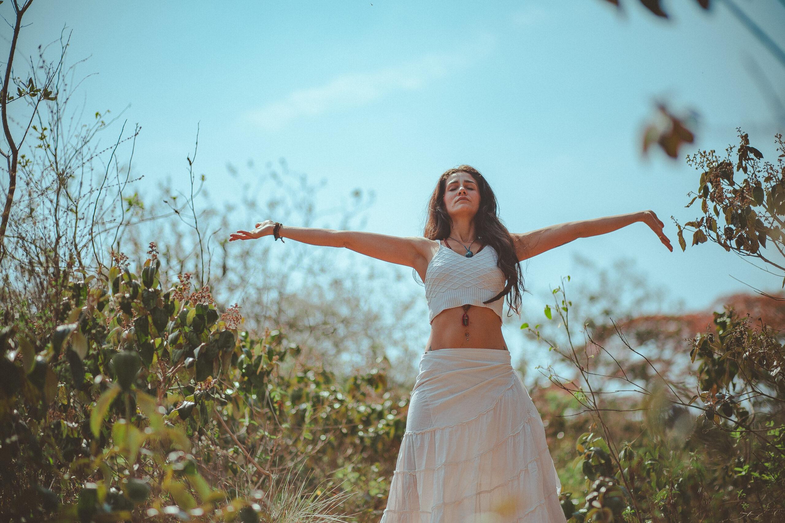 Une femme qui écarte les bars et respire l'air de la nature