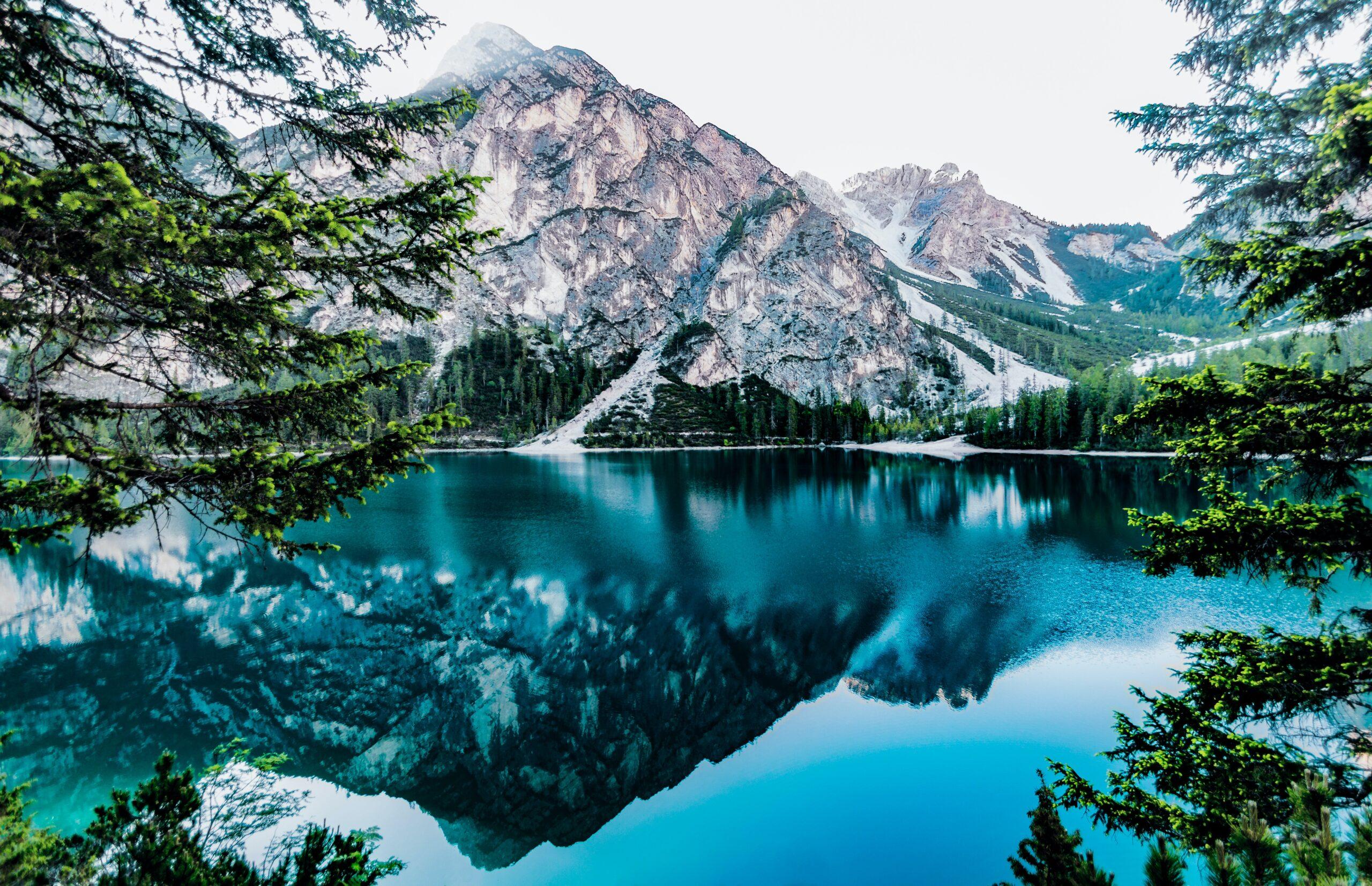 Paysage montagneux avec un lac propice à l'auto-hypnose