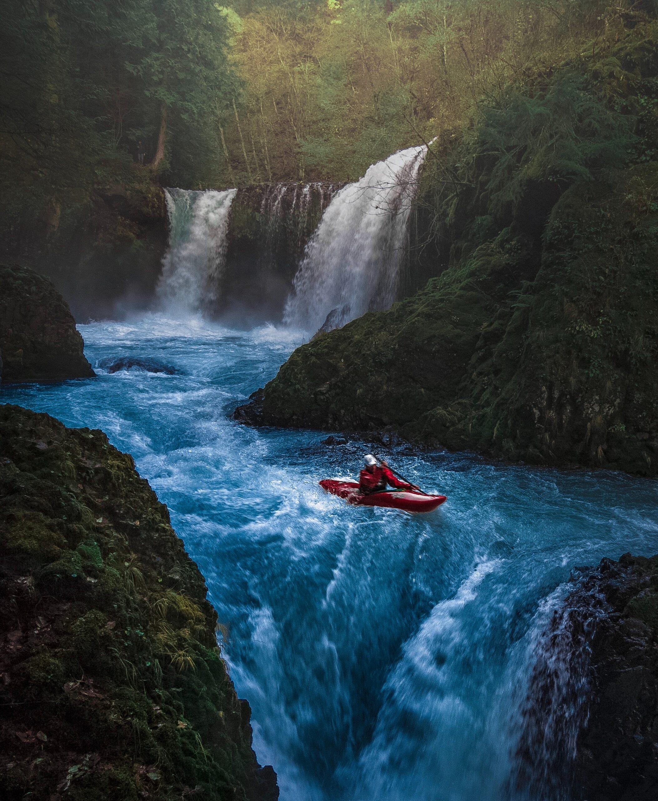 Homme qui descend seul des rapides en canoë