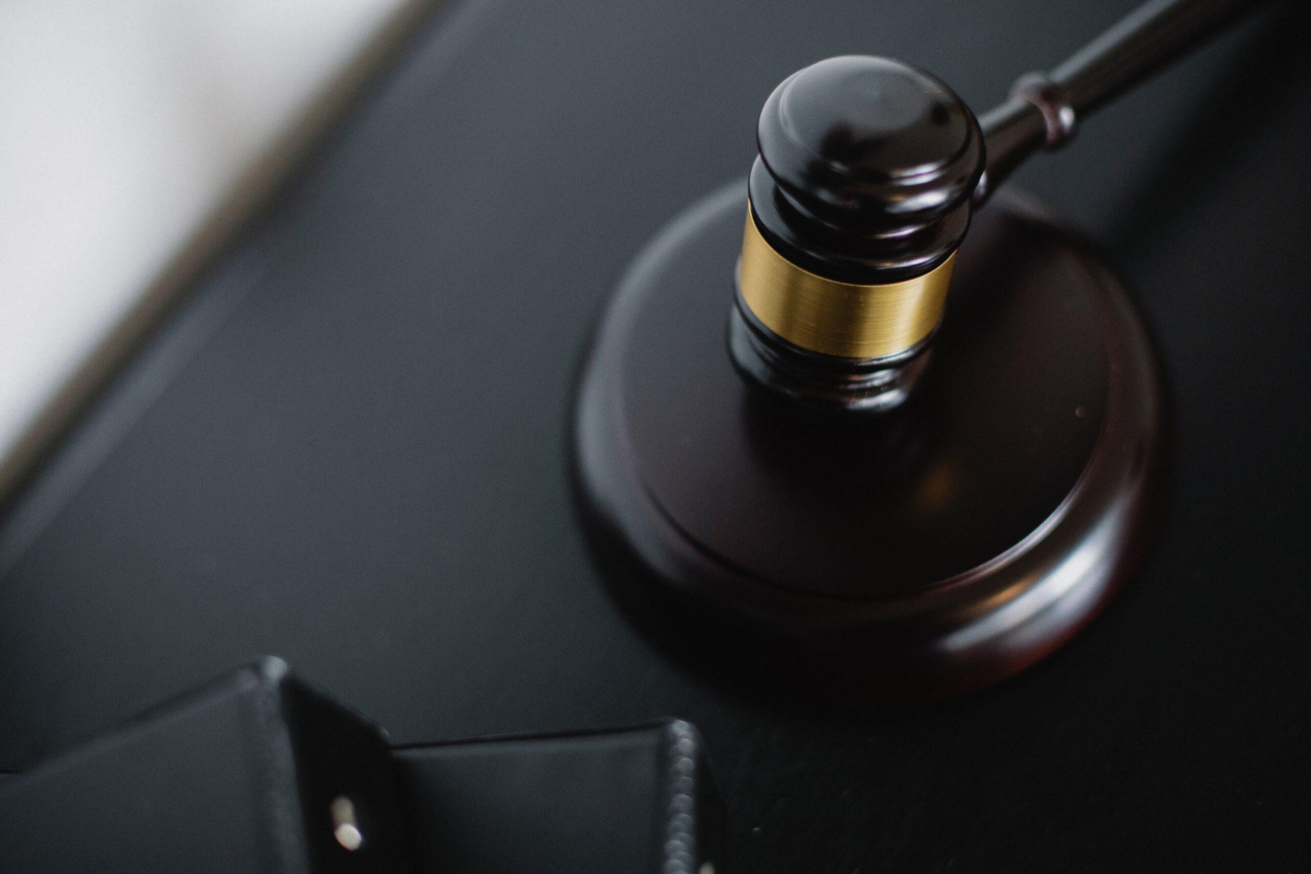 Une photo du marteau du juge de loi